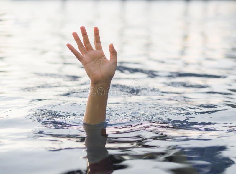 淹没受害者,需要帮助的淹没妇女的手 图库摄影
