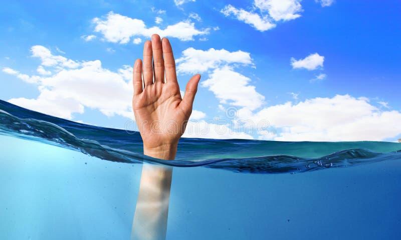 淹没在水中的人的手 免版税图库摄影