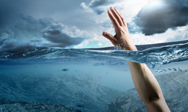 淹没在水中的人的手 库存图片