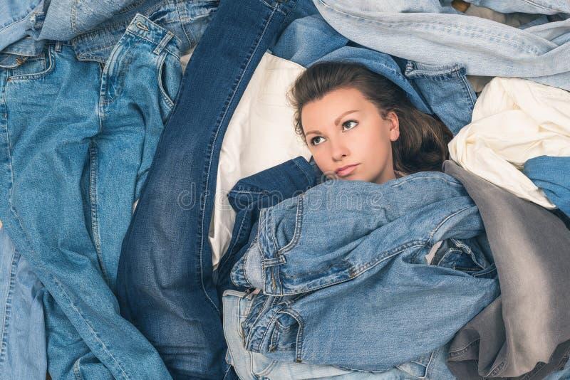 淹没在牛仔裤海洋的女孩  E r 免版税库存图片
