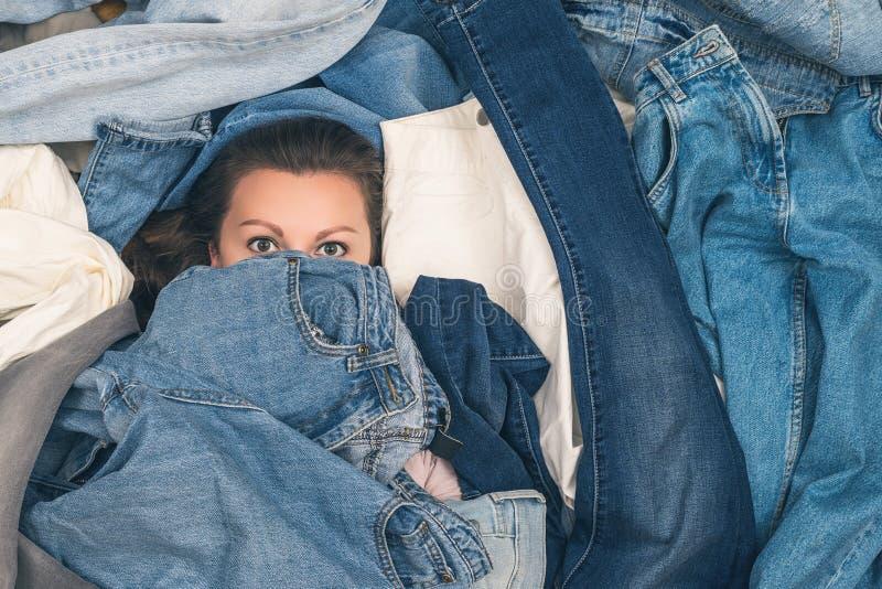 淹没在牛仔裤海洋的女孩  E r 免版税库存照片