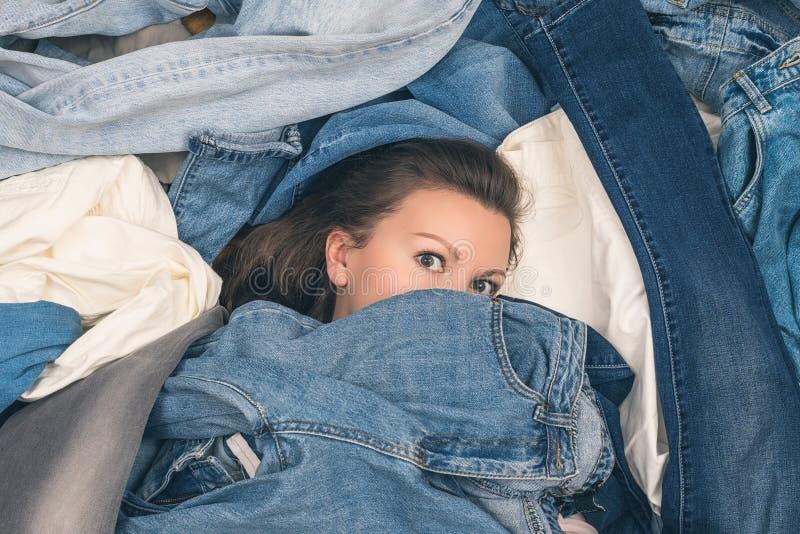淹没在牛仔裤海洋的女孩  E r 库存图片