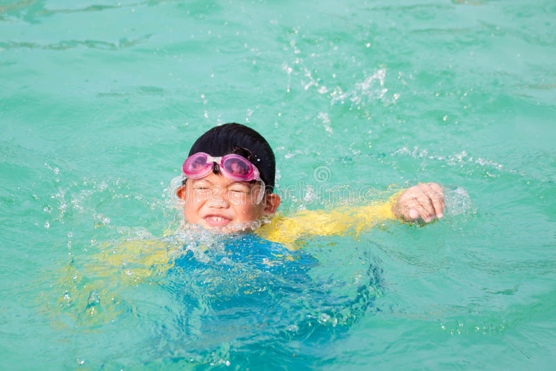淹没在水池的亚裔男孩 库存照片