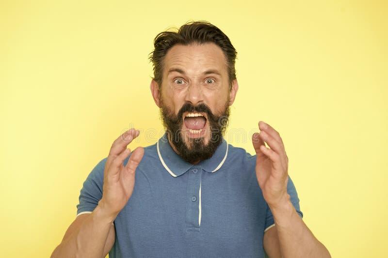 淹没激动 反对黄色背景的英俊的呼喊的成熟人尖叫的身分 有胡子的人 免版税库存照片