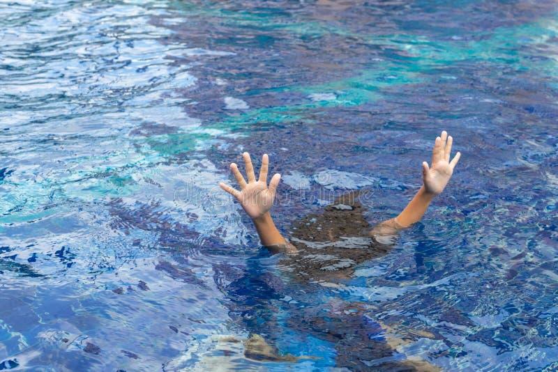 淹没的手延长在帮助的表面 库存照片