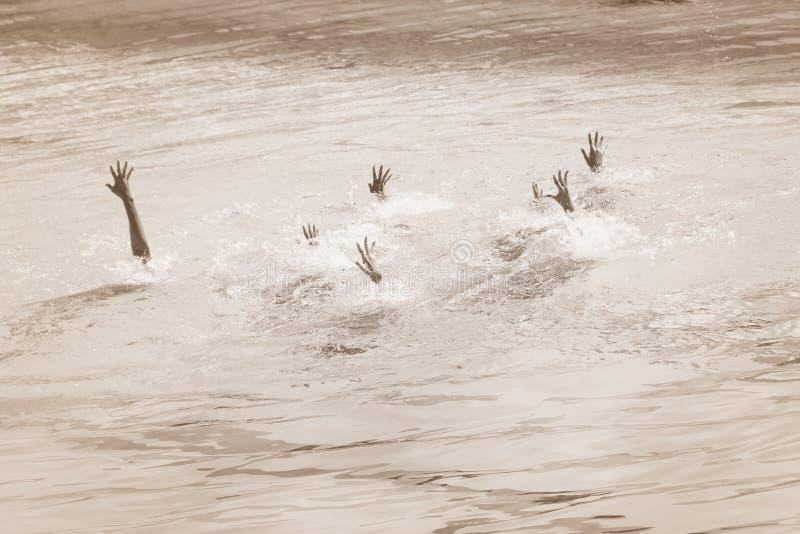 淹没舒展在水外面的人的女性,少年手在游泳池请求帮忙 概念ofgroup 库存图片