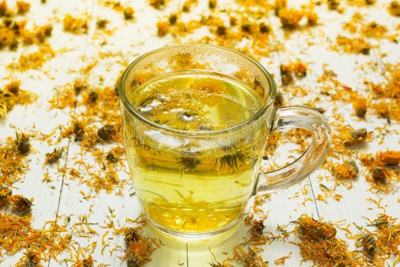 清凉茶和医药金盏草、同种疗法和芳香疗法干花  库存照片