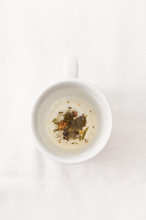 清凉茶在白色的杯保持 库存照片