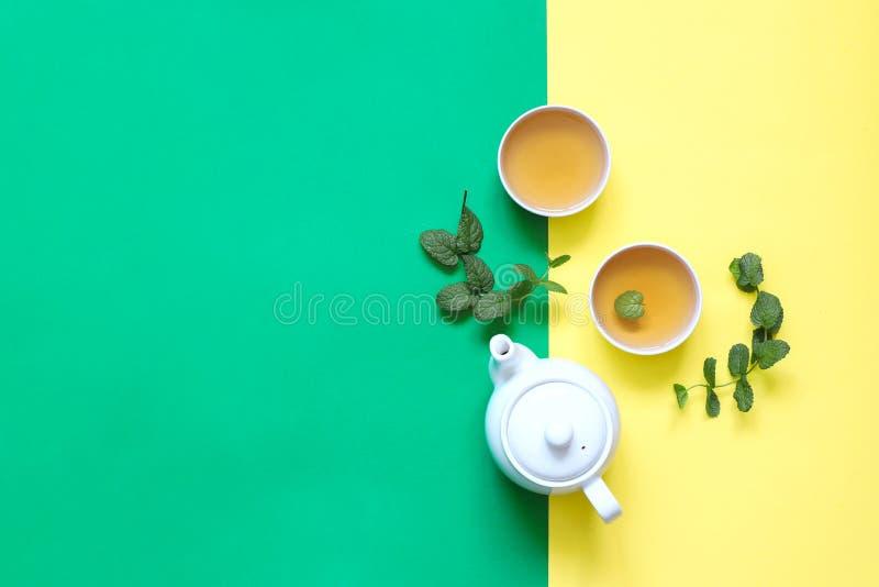 清凉茶由麝香草和其他草本制成在黄色背景 库存照片