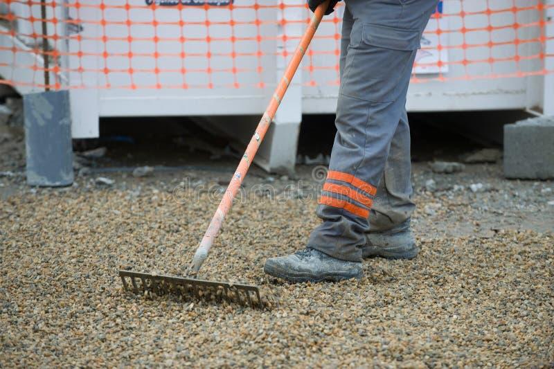 清扫在设施的建筑工人 库存图片