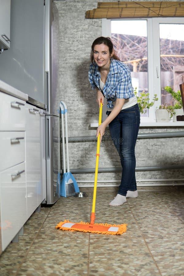 清扫地板的少妇 免版税库存图片