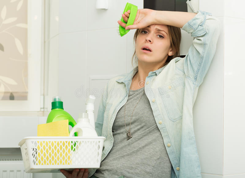 清扫她的房子的美丽的女孩 图库摄影