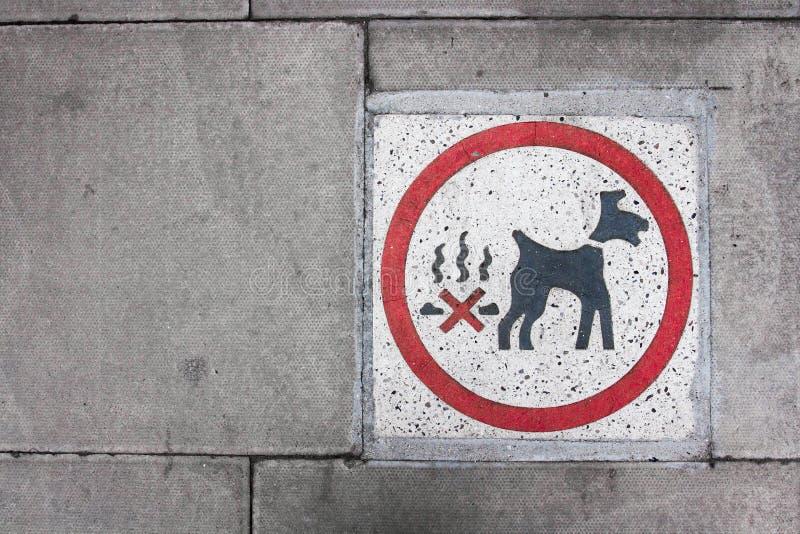 清扫的路面标志警告的宠物所有者在狗poo以后 免版税库存图片