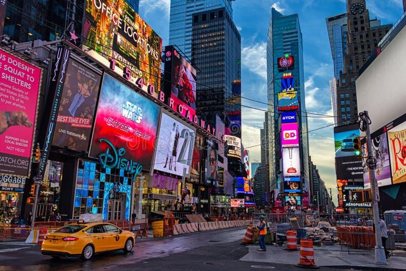 清早与黄色出租车和建筑工人的时代广场视图 库存图片