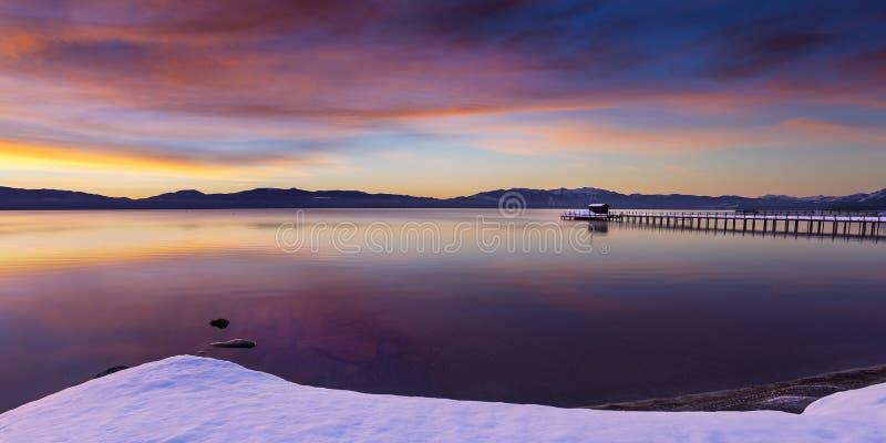 清早在共同性的冬天日出在Tahoe市靠岸 库存图片
