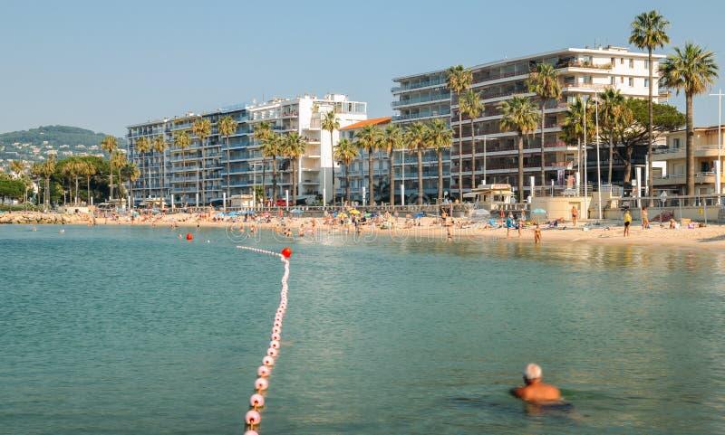 清早太阳沐浴者和游泳在胡安les别针靠岸,一个普遍的手段目的地在地中海 库存图片