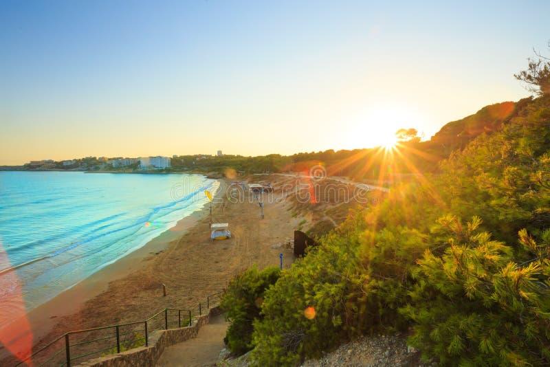 清早晴朗的西班牙海岸线 肋前缘dorada风景 免版税库存图片