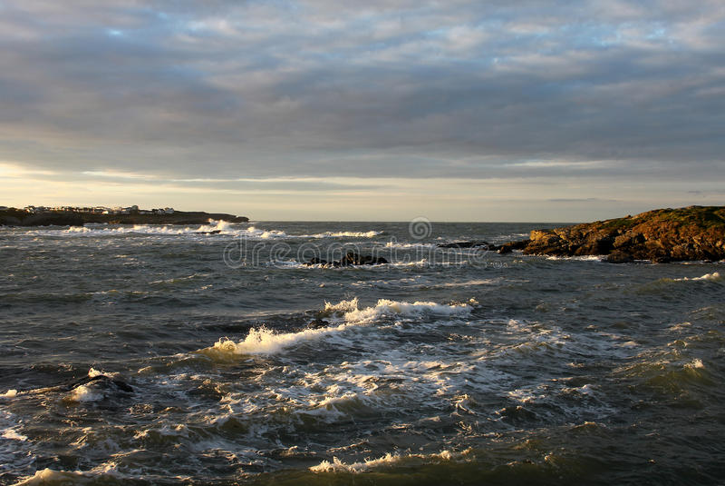 清早风雨如磐的风景Trearddur海湾, Anglesey 免版税库存图片