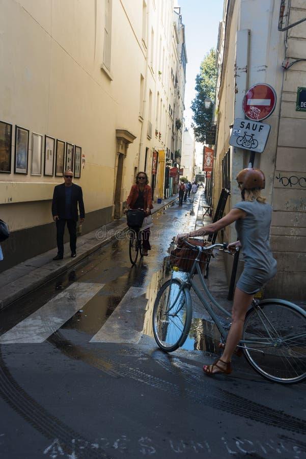 清早骑自行车者圣日尔曼队巴黎 库存图片