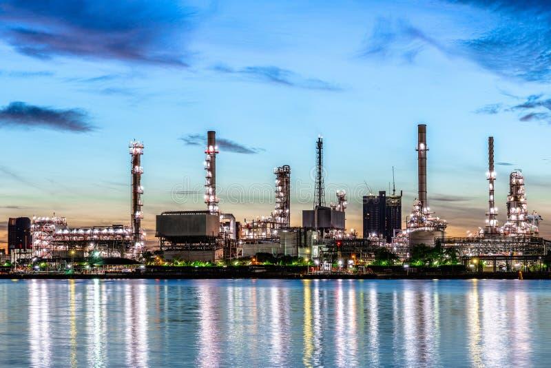清晨亮亮,日出的油气炼制工业厂, 免版税图库摄影
