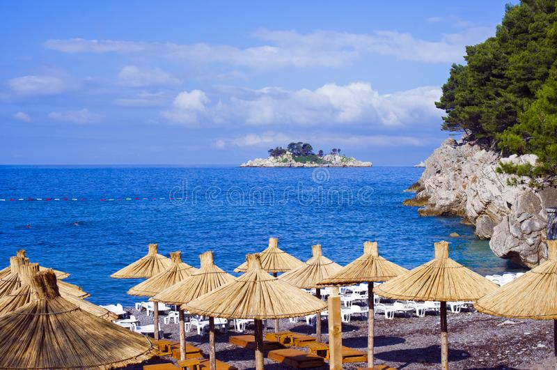 清晨空无一人的度假村海滩 免版税库存图片