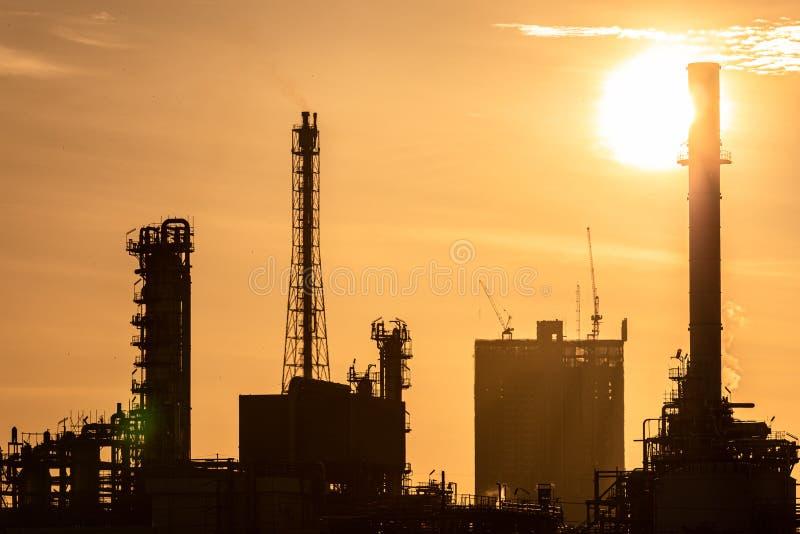 清晨闪闪发亮的油气炼化工业厂房轮廓 库存照片