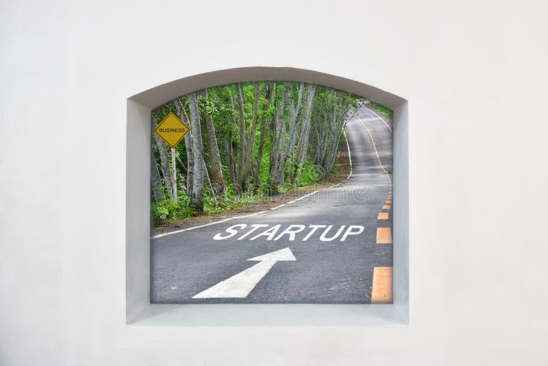 清楚故事想法:起动的词与白色箭头的在路,企业概念 图库摄影
