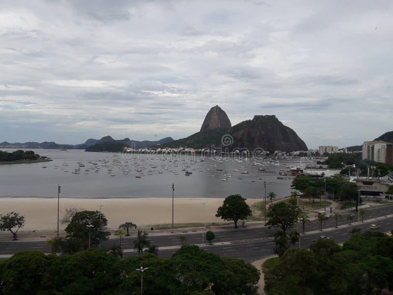 清楚的云彩观点的Pao从博塔福戈购物的de Acucar 免版税库存照片