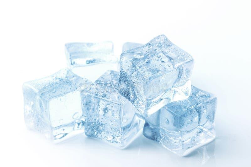 清楚的冰立方体在一张白色桌上的 免版税库存照片