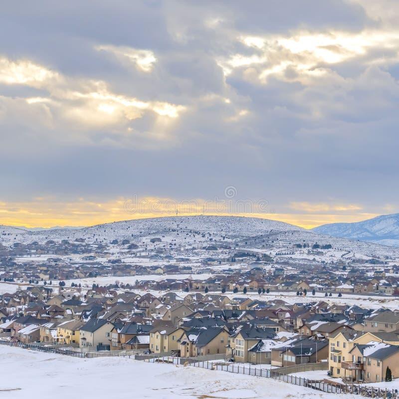清楚的在冬天季节期间被观看的一座冷淡的山的基地的附近正方形美好的家 免版税库存图片