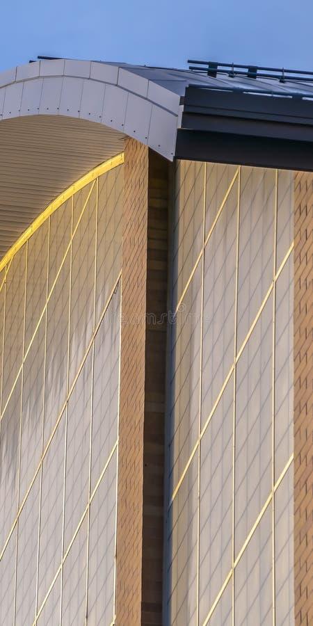 清楚的垂直的关闭一个大厦的外部与一个弯曲的屋顶的在一好日子 库存照片