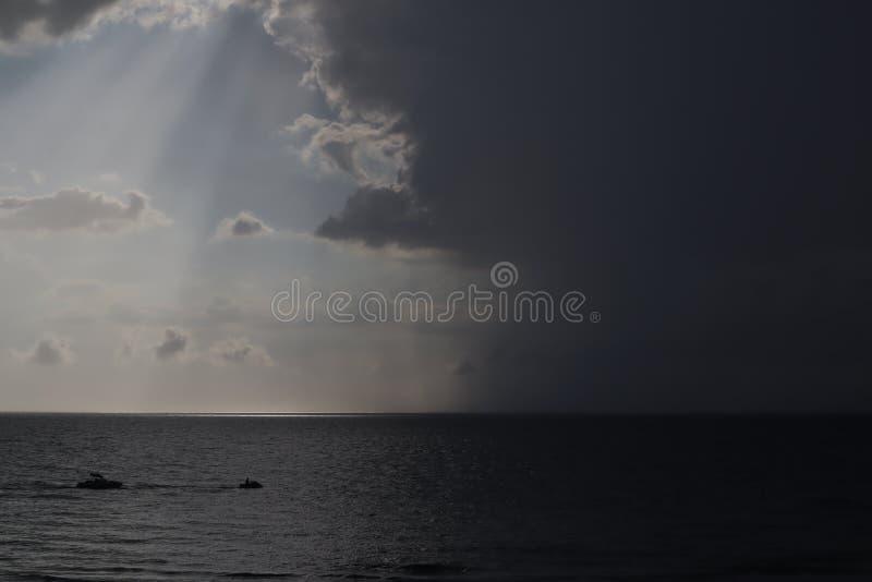清楚的天空和暴风云在海 一半天空是清楚的,一半是暴风云 飓风来 来在海洋的风暴, 免版税库存图片