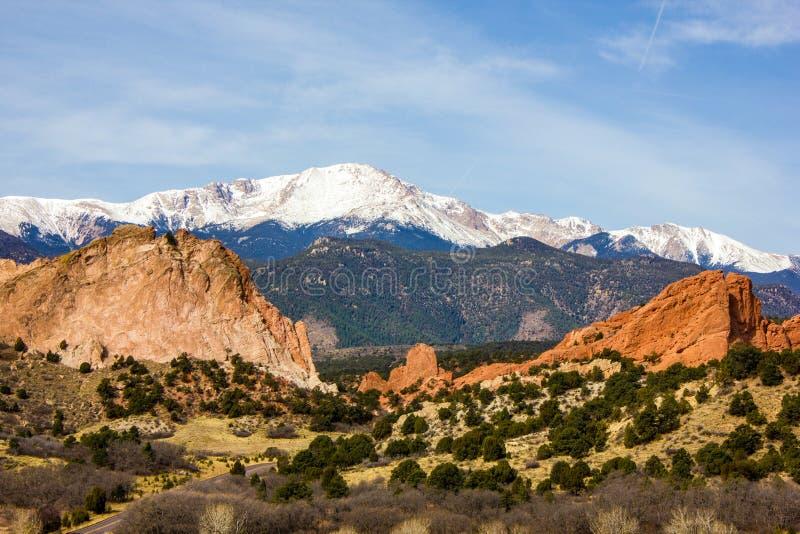 清楚的天空蔚蓝和砂岩壮观的深红颜色在神的庭院,科罗拉多斯普林斯,科罗拉多,U的 S 库存图片