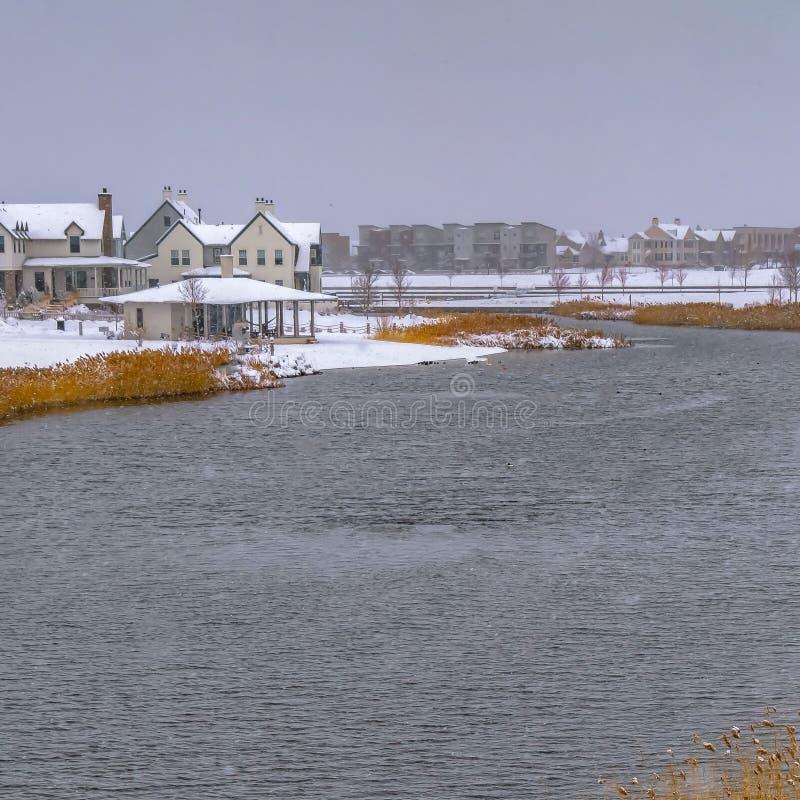 清楚的正方形Oquirrh湖有多雪的湖边平地家看法  库存图片