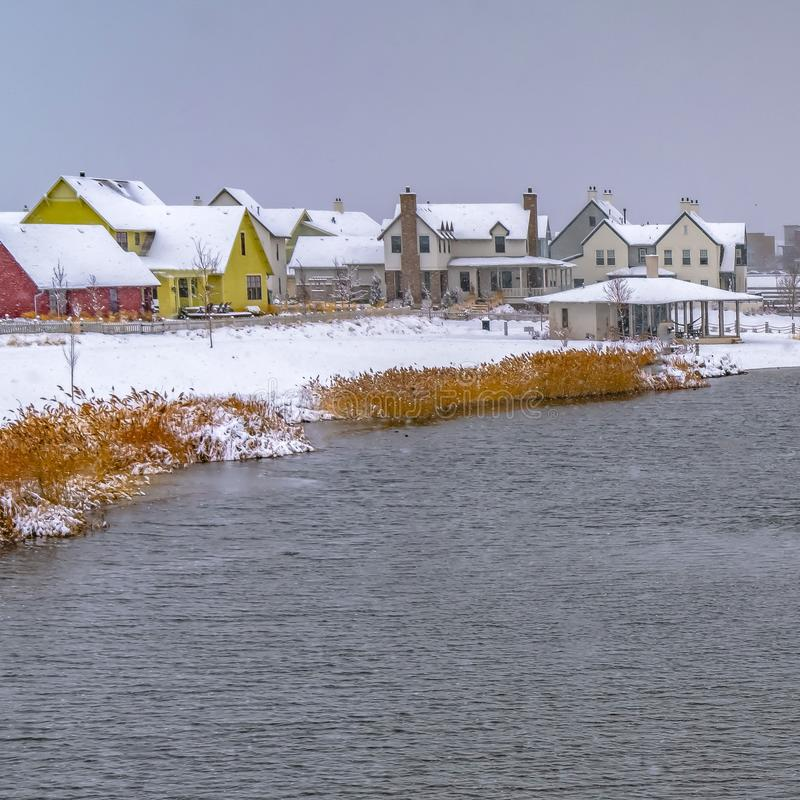 清楚的正方形Oquirrh湖有多雪的湖边平地家看法  免版税库存照片