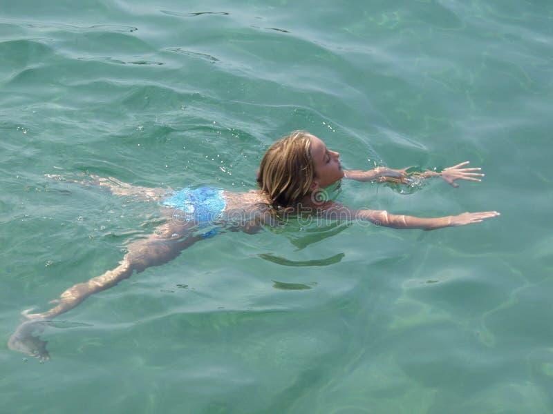 清楚的水晶女孩海运游泳 库存照片