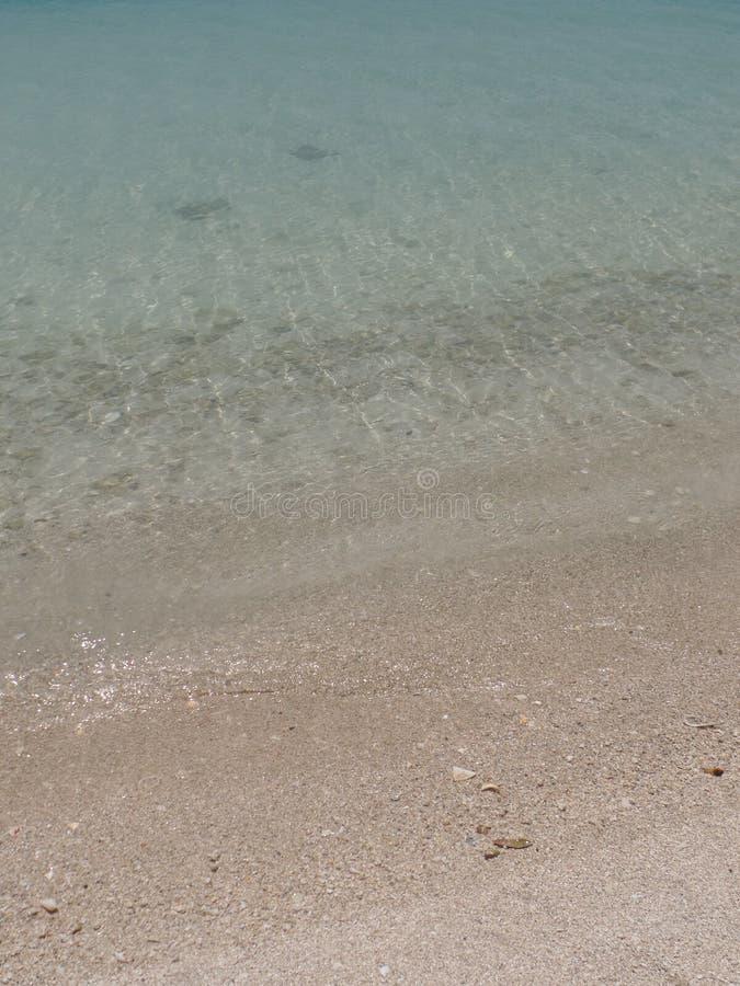 清楚的水的接近的图象在海岛海滩胜地的 库存图片