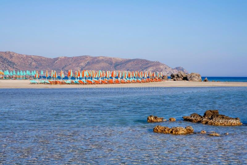 清楚的海和沙滩伞 库存图片