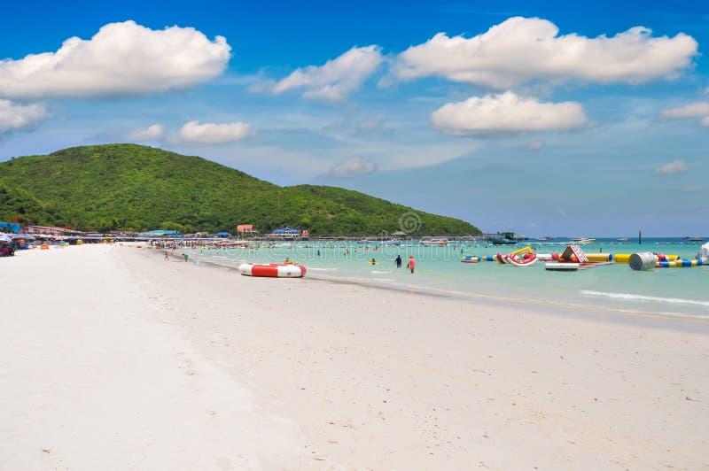 清楚的海和白色含沙热带海滩在海岛上, Ta Waen海滩酸值lan海岛芭达亚市的春武里市泰国 免版税图库摄影