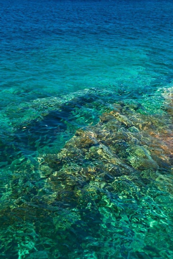 清楚的海运绿松石水 免版税图库摄影