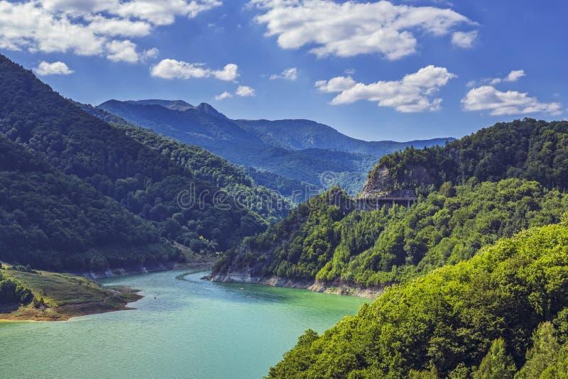 清楚的湖山 库存照片