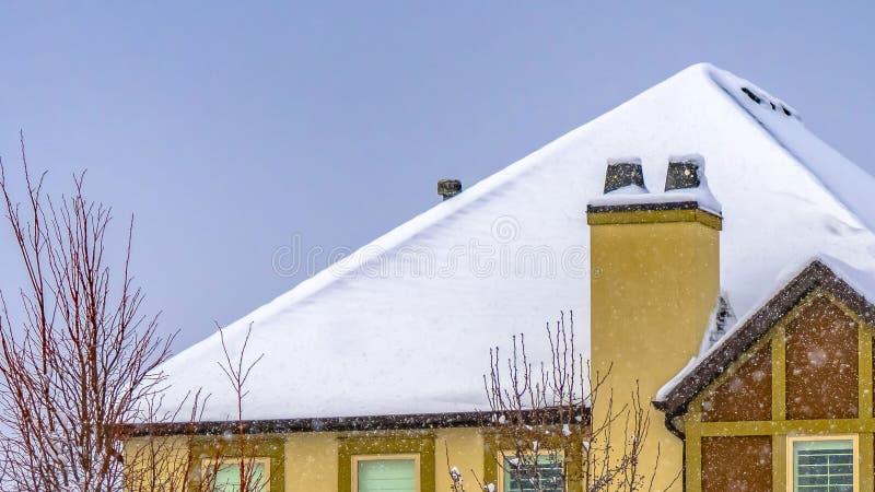 清楚的用雪盖的全景家和树在破晓犹他的冬天季节期间 图库摄影