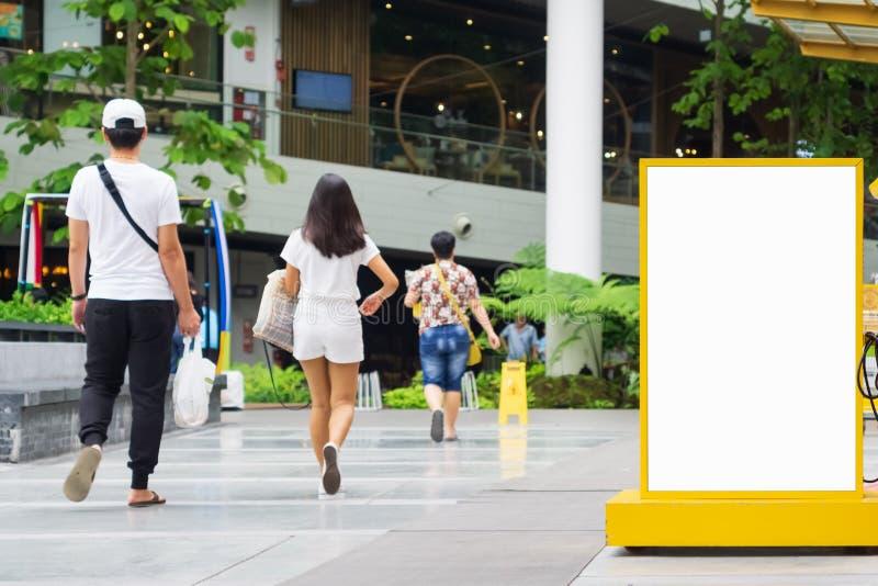 清楚的空的广告牌嘲笑与给的短信或内容,在都市购物的社会信息板做广告拷贝空间 库存图片