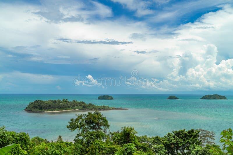 清楚的绿松石海包围的热带海岛 泰国 库存照片