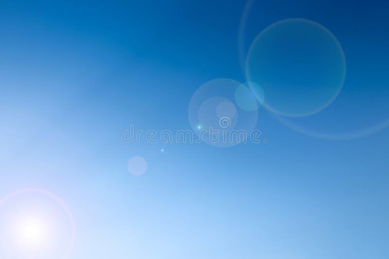 清楚的蓝天与len火光作为背景墙纸,淡色天空墙纸 免版税库存照片