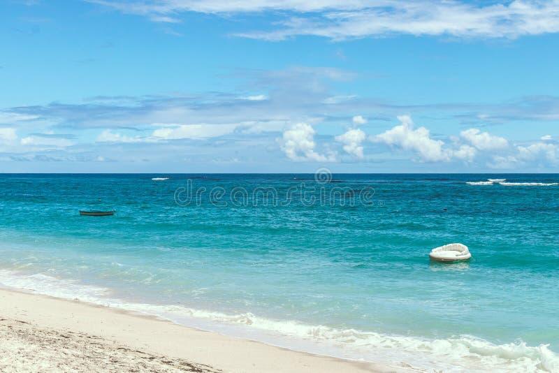 清楚的蓝色海洋和美丽的天空风景晴天 巴厘岛 热带的海滩.
