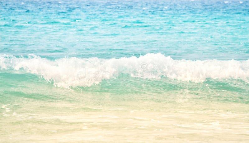 清楚的蓝色海洋,泰国的波浪 免版税图库摄影