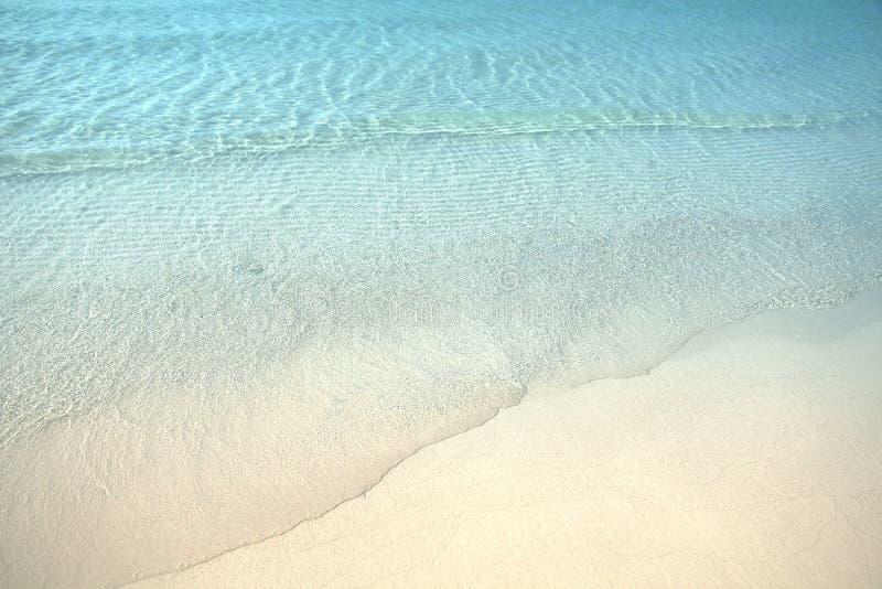 清楚的蓝色海洋的波浪热带白色沙子海滩的在酸值 库存图片