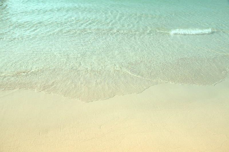 清楚的蓝色海洋的波浪热带白色沙子海滩的在酸值 库存照片
