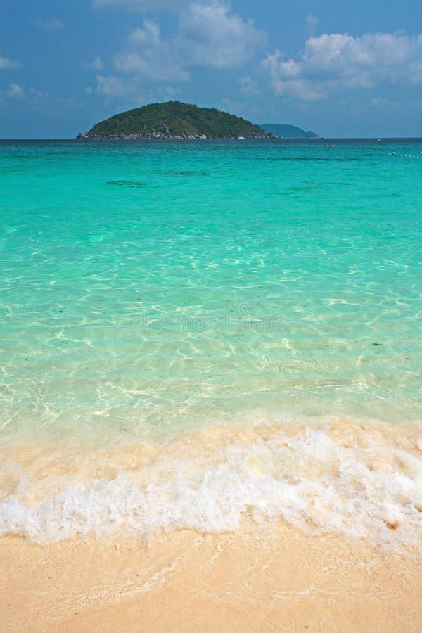 清楚的水和白色沙子在Similan海岛 库存照片